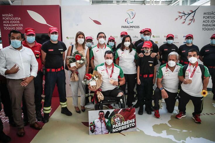 Atletas paralímpicos portugueses recebidos em festa em Lisboa