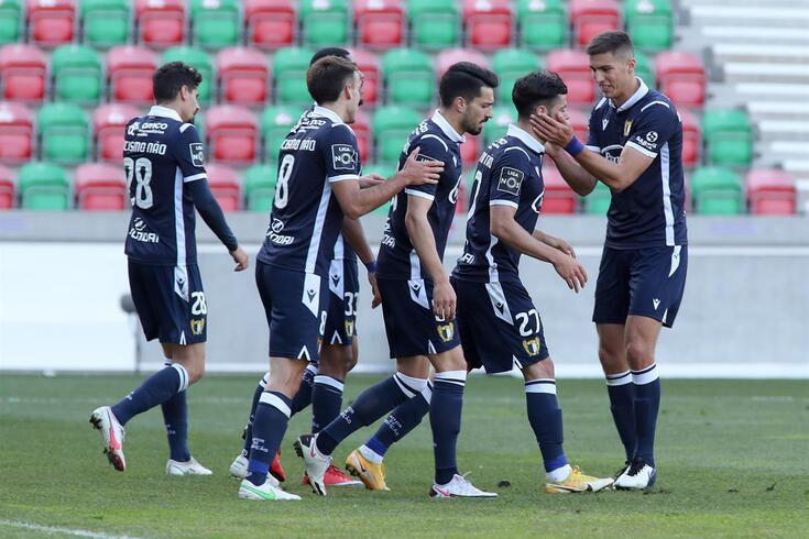 Ivo Rodrigues, cumprimentado por Babic, marcou dois golos no recente jogo com o Marítimo