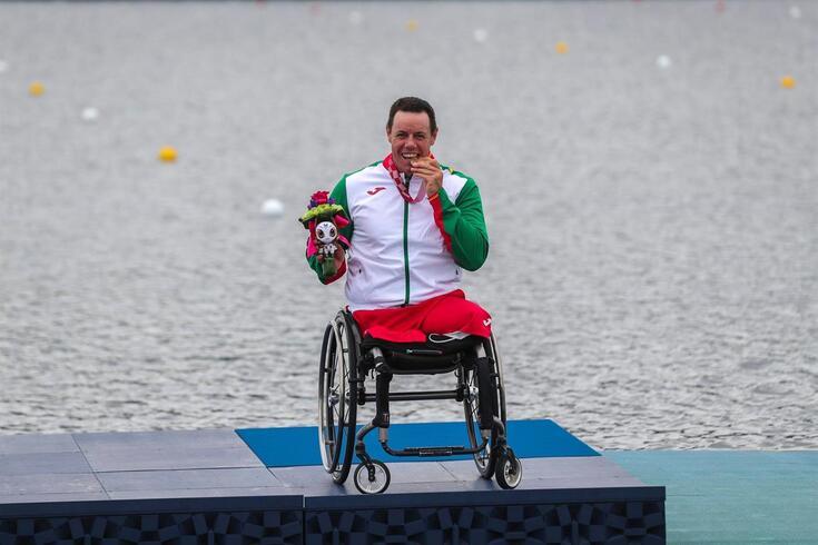 Norberto Mourão exibe com orgulho a medalha