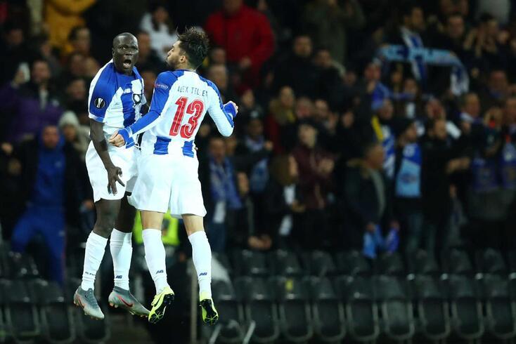 Aboubakar e Alex Telles festejam um golo do FC Porto