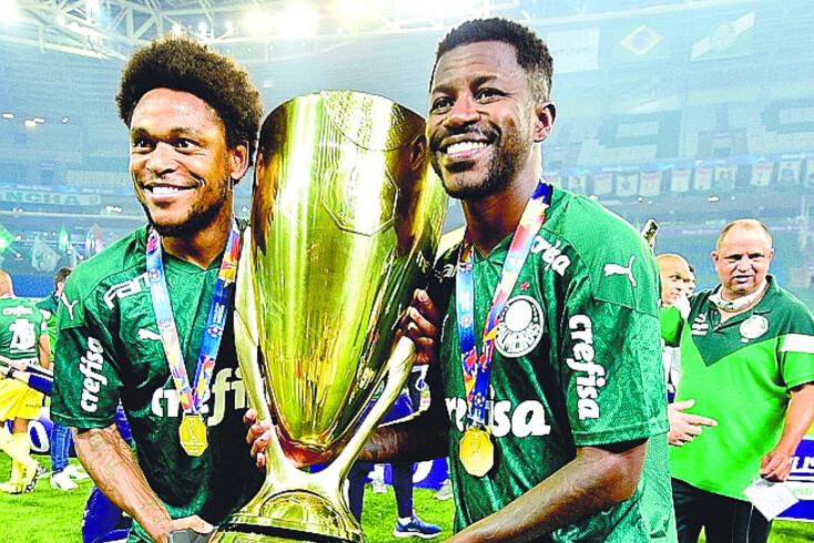 Ramires, à direita, rescindiu recentemente com o Palmeiras, de Abel Ferreira