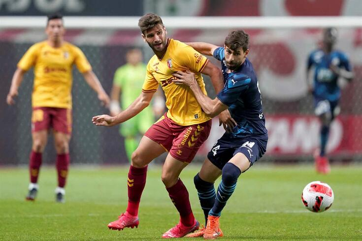 Mario González, reforço do Braga, disputa a bola com Luan Peres