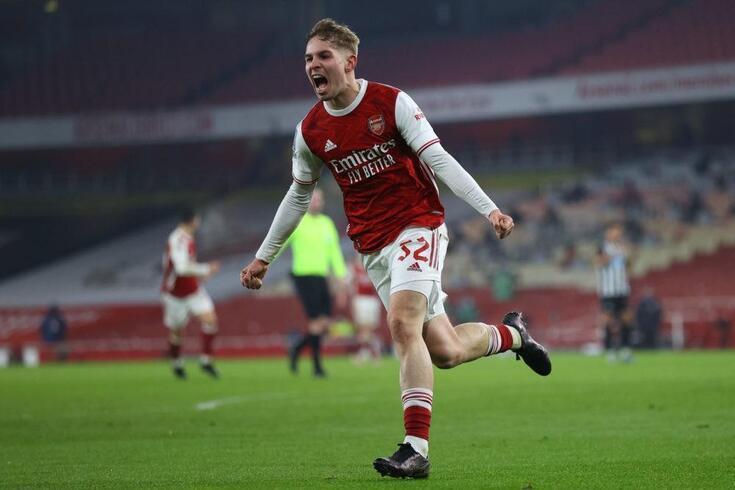 Emile Smith-Rowe renovou contrato com o Arsenal até 2026