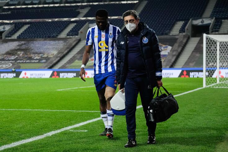 Chancel Mbemba saiu lesionado do FC Porto-Braga