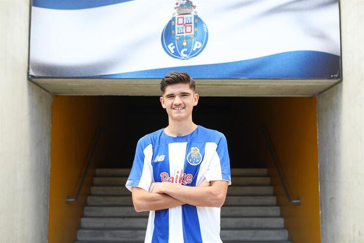 António Ribeiro, central de 16 anos, assinou contrato profissional com o FC Porto
