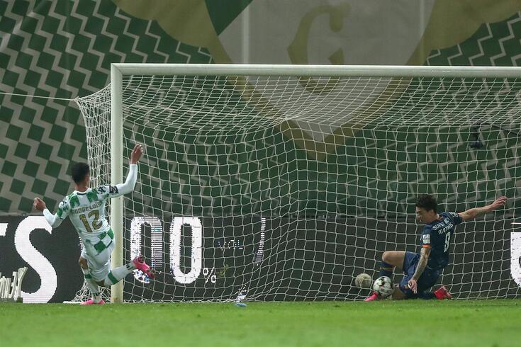 O momento em que Uribe evita o 2-0 para o Moreirense