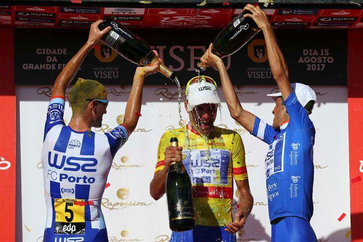 O ciclista Raúl Alarcon (C) da W51-FC Porto festeja com os colegas Gustavo Veloso (E) e Amaro Antunes