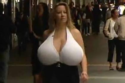 O peito dela merece entrar no Guinness