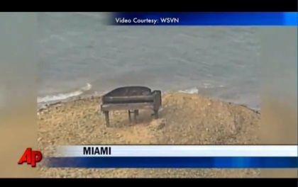 Piano misterioso aparece num banco de areia