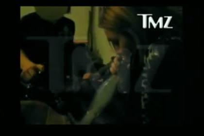 "Miley Cyrus diz que fumar alucinogénios foi ""um erro"""