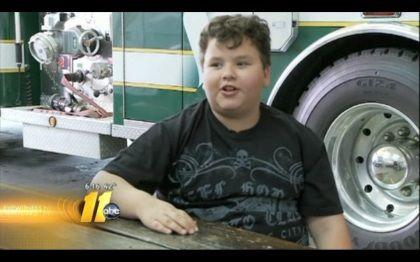 Rapaz salva mãe de cadeira de rodas de incêndio