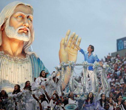 A presença de Roberto Carlos num carro alegórico da Beija-Flor foi uma das maiores atracções do Carnaval do Rio de Janeiro deste ano