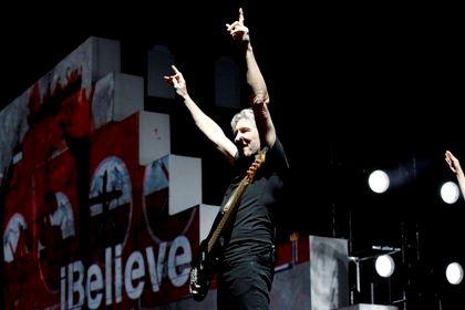 """Roger Waters durante uma actuação da digressão """"The Wall"""", em 2010, no Staples Center,  em Los Angeles"""