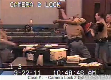 Vídeo mostra mulher a ter ataque de fúria em tribunal