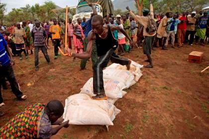 Sudaneses lutam por comida durante uma distribuição de alimentos.