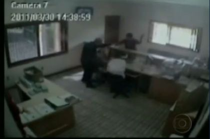 Vídeo mostra padre a ser baleado numa igreja