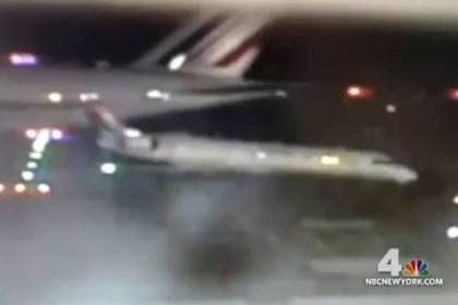 Airbus 380 choca com pequeno avião ao levantar voo