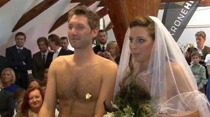 Noivos austríacos sobem nus ao altar