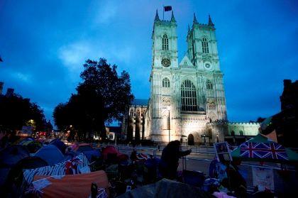 Pessoas acampadas em frente à Abadia de Westminster