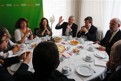 Sócrates tomou hoje o pequeno almoço com várias personalidades ligadas à cultura