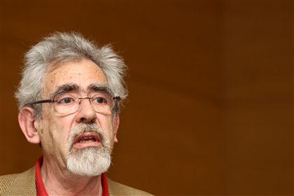 """António Barreto defende """"adequação"""" da Constituição"""
