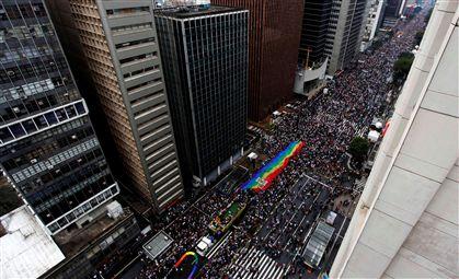 Parada Gay reúne milhões em São Paulo contra a homofobia