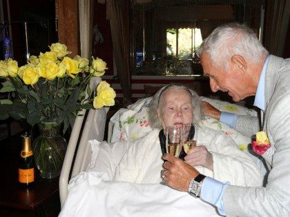 A actriz de 94 anos na sua casa, no dia de aniversário do marido, que cumpriu 68 anos
