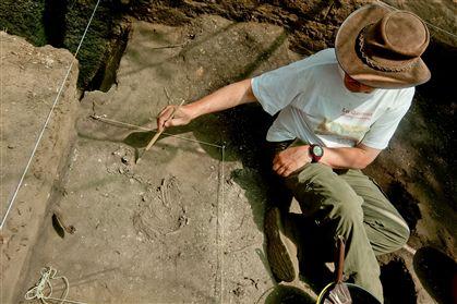 O arqueólogo mostra a descoberta