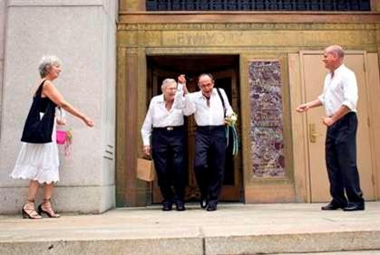 Uma casal à saída do Registo Civil de Manhattan onde contrariam matrimónio