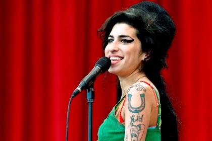 Amy Winehouse estava noiva quando morreu