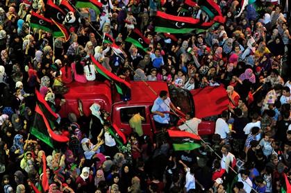 Dezenas de milhares de pessoas festejam em Benghazi