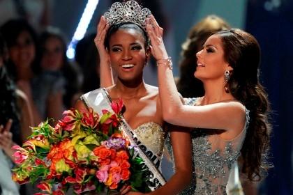Miss Universo 2011 Leila Lopes coroada pela Miss Universo 2010 Ximena Navarrete