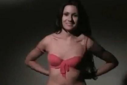 Candidata simula striptease para conquistar eleitorado