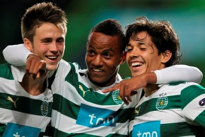Wolfswinkel, Carrillo e Matías Fernández celebram o segundo golo dos leões