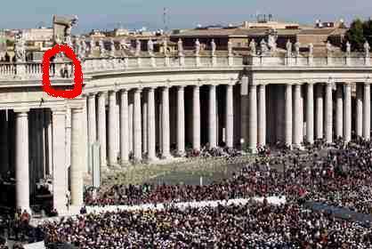 Homem sobe para colunata durante cerimónia com Papa