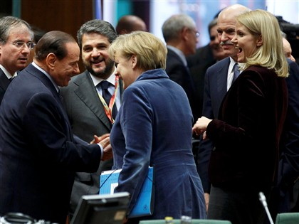 Silvio Berlusconi cumprimenta a chanceler alemã Angela Merkel observado pela primeira-ministra dinamarquesa, Helle Thorning-Schmidt (à direita na foto)