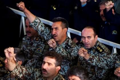 Membros do exército iraniano gritam slogans anti-americanos durante uma cerimónia religiosa, em Teerão