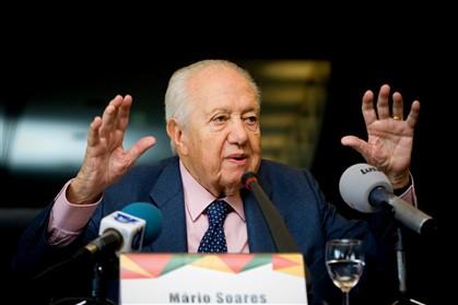 """Soares referiu-se à chanceler alemã como """"uma senhora que vem da Alemanha do Leste e de um país que provocou duas guerras mundiais"""""""