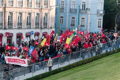 Manifestantes chegam ao Parlamento