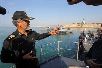 """Comandante da marinha iraniana diz que fechar o estreito é tão """"fácil como beber copo de água"""""""