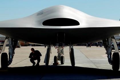 O X-47B a ser inspecionado numa base militar em San Diego, na Califórnia