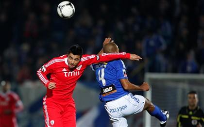 Golo de Cardozo e 'ajuda' de Varela na vitória do Benfica