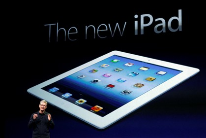 Tim Cook com o iPad 3 atr�s