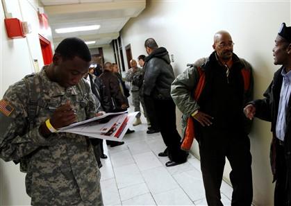 Veteranos aguardam a vez para entrevistas de emprego numa empresa de Nova Iorque, em janeiro de 2012