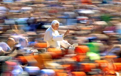 Bento XVI atravessa a Praça de São Pedro no dia do seu aniversário