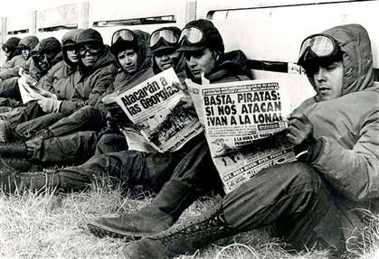 Soldados argentinos numa trincheira nas imediações da capital da ilha, Port Stanley, em abril de 1982