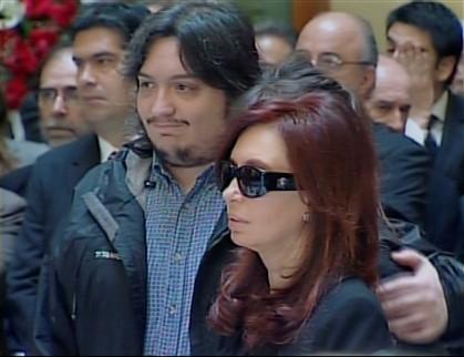 Maximo com a mãe, no funeral do pai, o ex-presidente Néstor Kirchner, em outubro de 2010