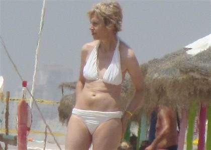 Assunção Esteves descansa de biquíni na praia