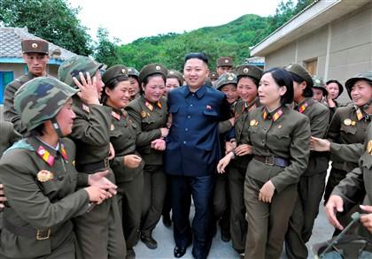kim jong un rodeado de meninas