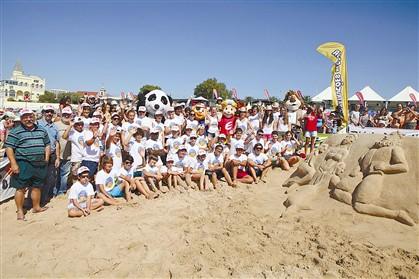 Pais e mascotes fizeram a festa na areia